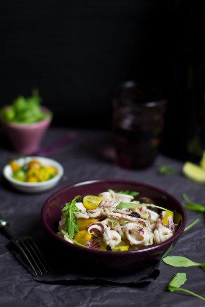 Langyos kalmár saláta sárga körteparadicsommal és rukolával